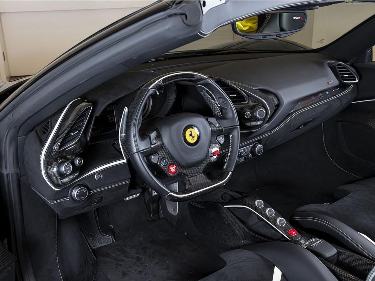 Bên trong, khoang lái được bọc da và vật liệu Alcantara siêu nhẹ màu đen, kết hợp cùng một số chi tiết tương phản có màu trắng. Xe được trang bị ghế đua điều chỉnh bằng tay.