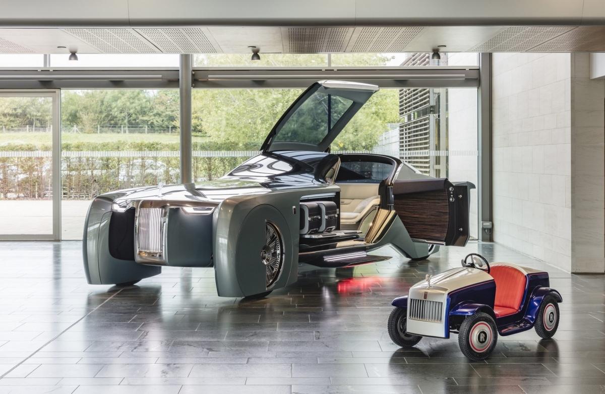Rolls-Royce SRH được chế tạo với thân xe được làm bằng sợi thủy tinh và sợi carbon.