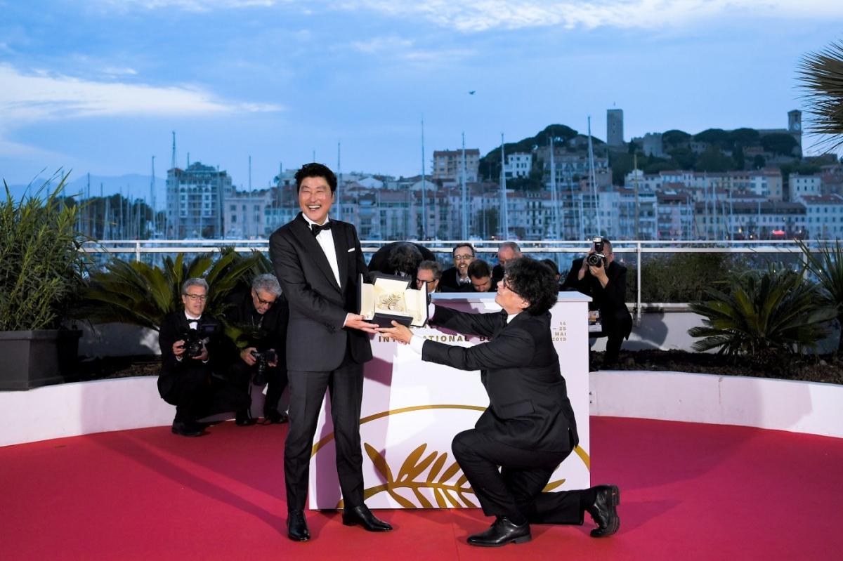 Đạo diễn Bong Joon Ho đã quỳ gối để trao lại giải thưởng Cành cọ vàng, tôn vinh Song Kang Ho tại Cannes vào năm 2019.