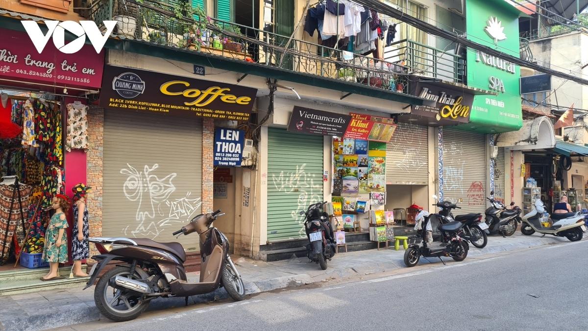 Nhiều nhà mặt tiền ở các khu phố cổ Hà Nội đóng cửa vì không có khách thuê.