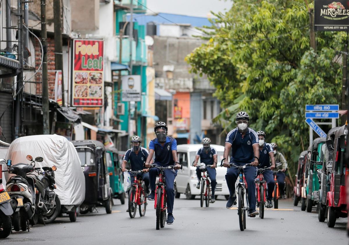 Cảnh sát tuần tra tại thủ đô Colombo, Sri Lanka để xử phạt những người vi phạm lệnh hạn chế đi lại trong nước. Nguồn: Reuters