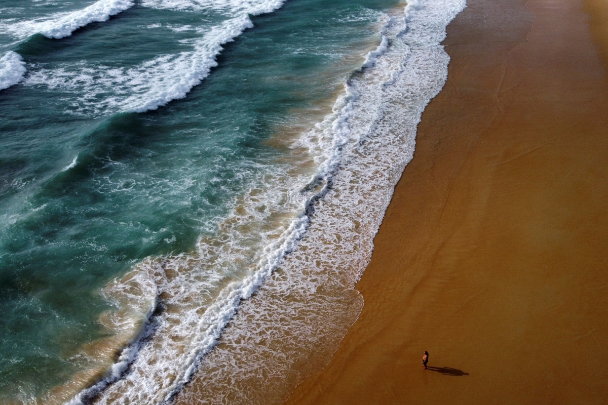 Bãi biển Phuket vắng khách vì đại dịch Covid-19. Nguồn: Reuters