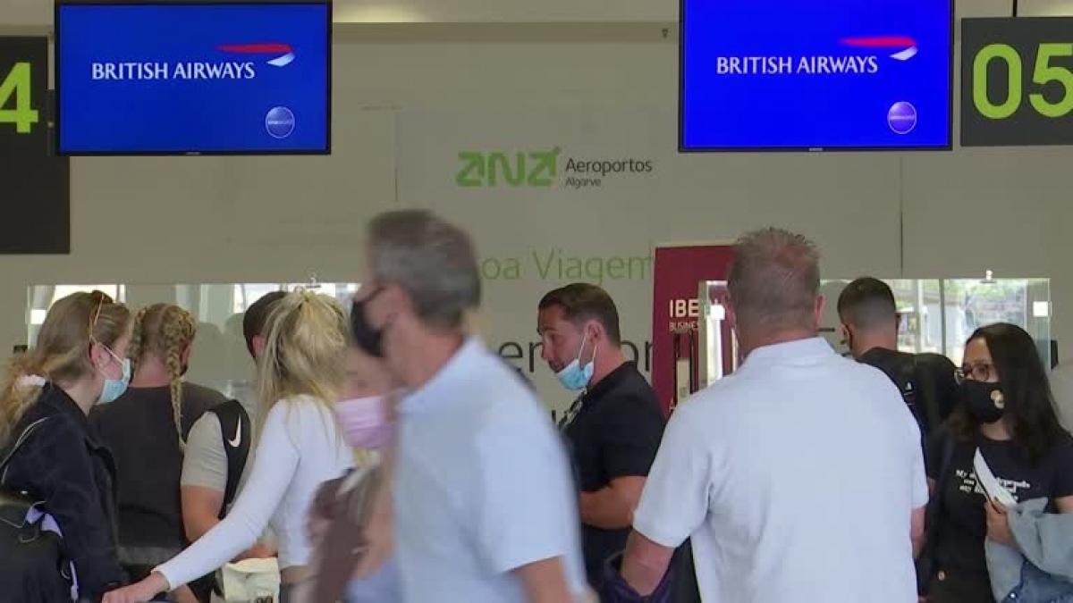 Sân bay tại Bồ Đào Nha hôm 7/6 chứng kiến du khách ồ ạt trở về Anh để tránh bị cách ly. Nguồn: Reuters