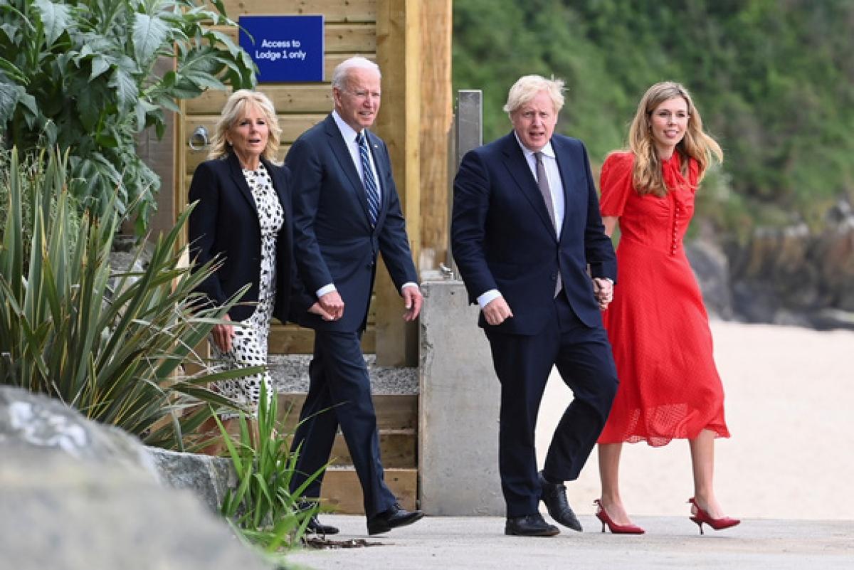 Vợ chồng Thủ tướng Anh Boris Johnson (phải) dẫn vợ chồng Tổng thống Mỹ Joe Biden đi thăm thú khu nghỉ dưỡng vịnh Carbis ngày 10/6. Ảnh: Reuters