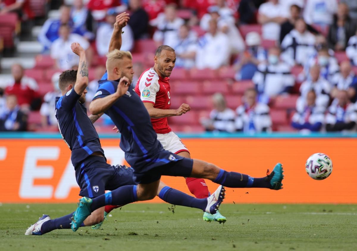 Trận đấu Đan Mạch - Phần Lan đã tiếp tục trở lại. (Ảnh: Reuters).