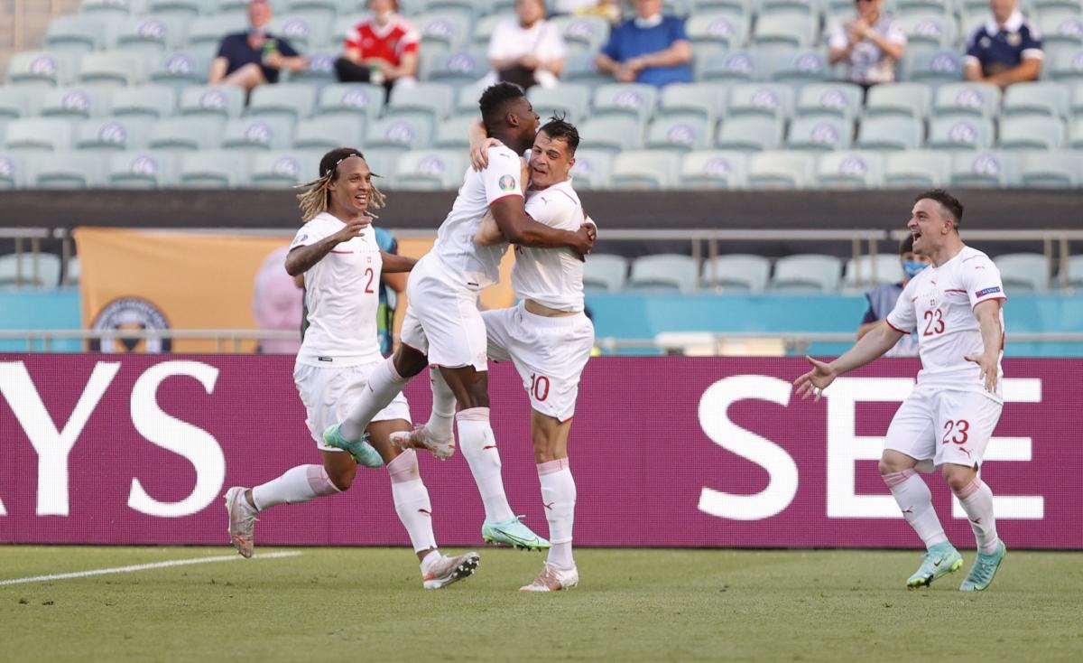 Các cầu thủ Thụy Sĩ ăn mừng bàn mở tỉ số.