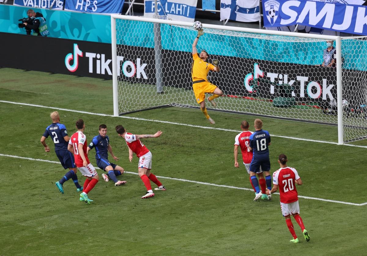 Thủ môn Hradecky liên tiếp cứu thua cho ĐT Phần Lan (Ảnh: Reuters).