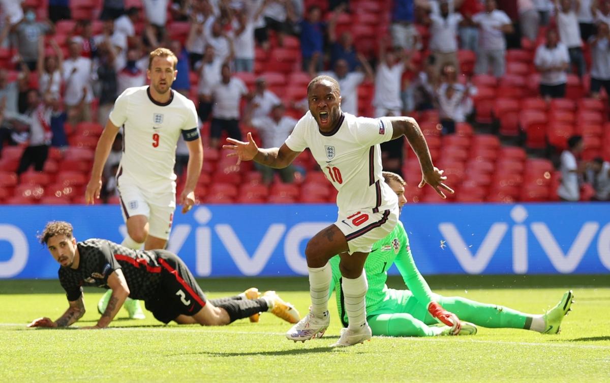 Sterling ăn mừng bàn thắng mở tỷ số cho ĐT Anh. (Ảnh: Reuters).