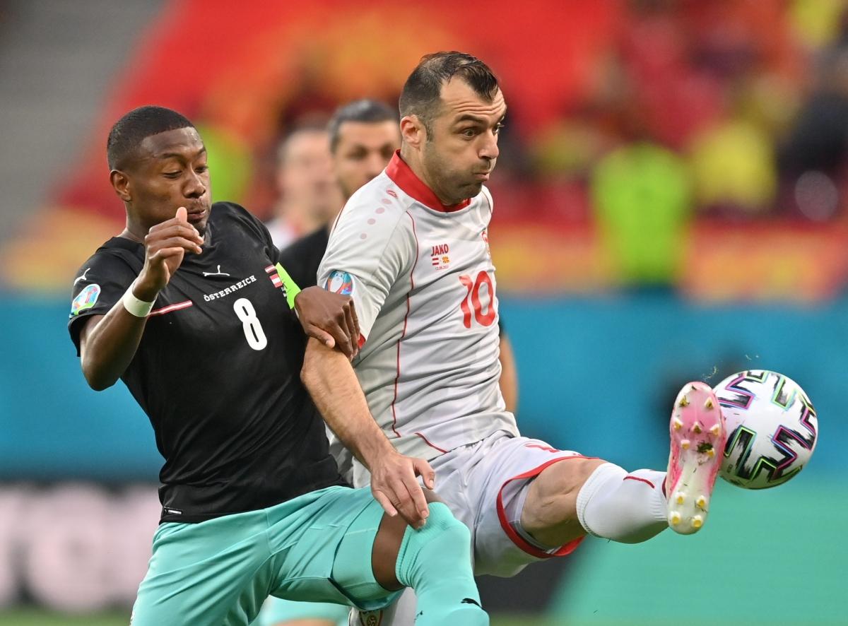 Hai ngôi sao sáng nhất, hai đội trưởng David Alaba và Goran Pandev đối đầu với nhau. (Ảnh: Reuters)