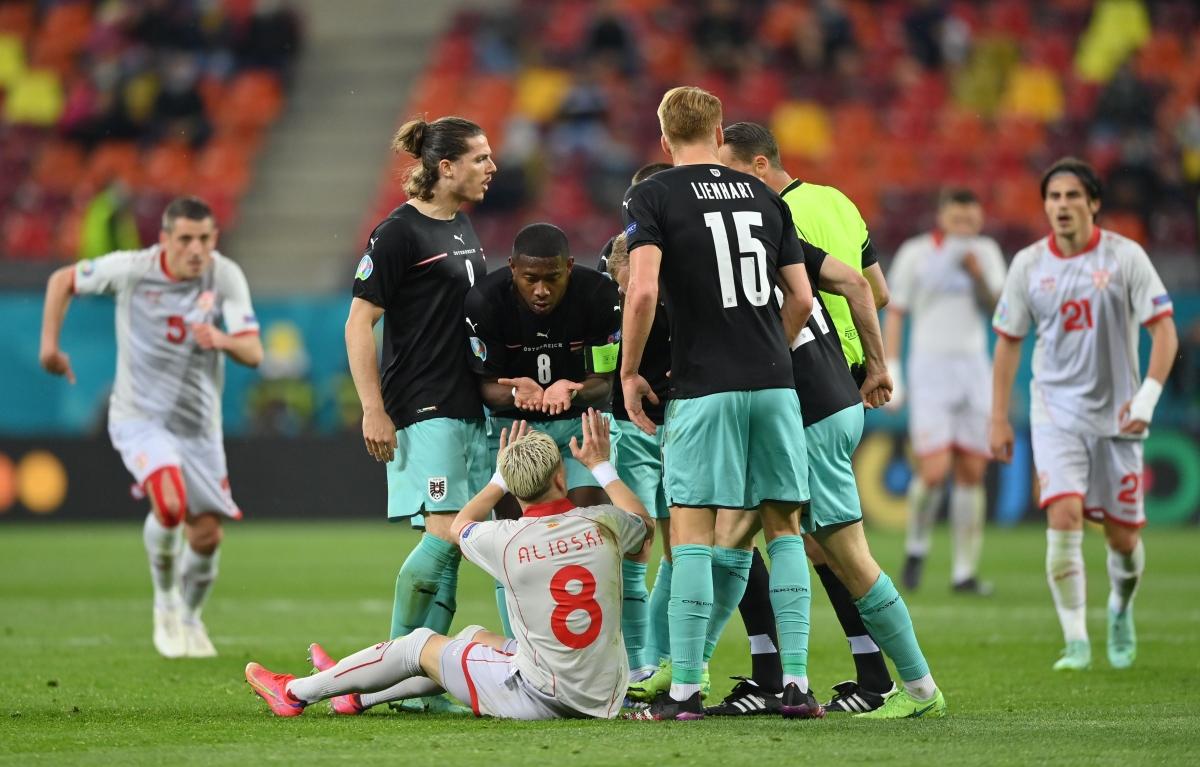 Các cầu thủ Áo nổi nóng sau pha phạm lỗi của Alioski. (Ảnh: Reuters)