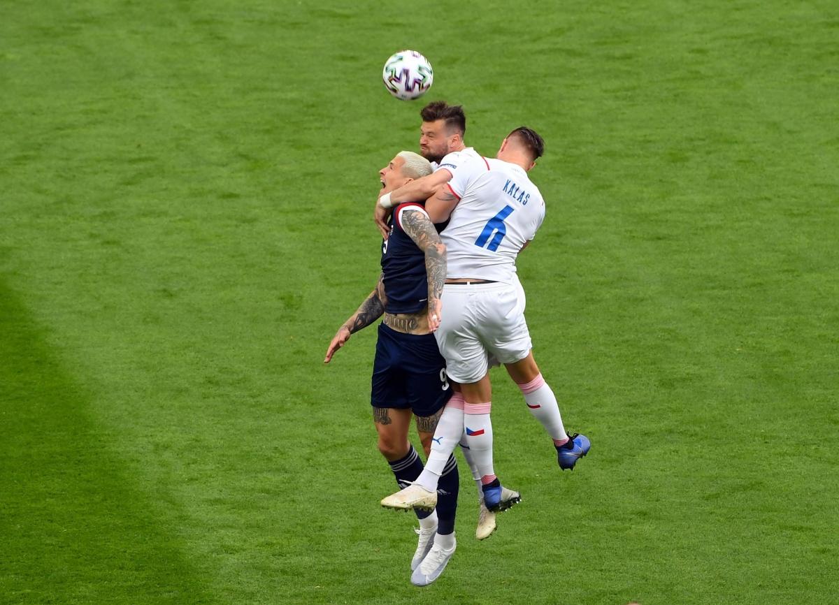 Hai đội thi đấu rất quyết tâm (Ảnh: Reuters).