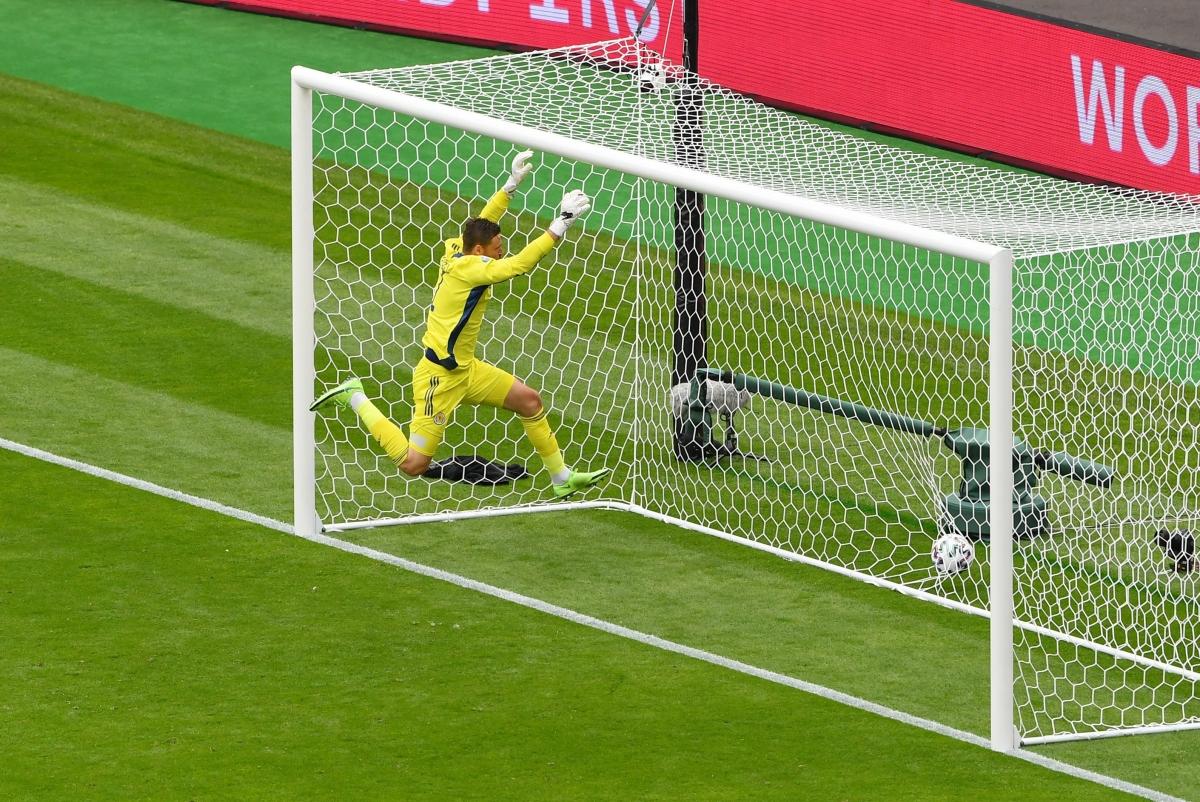 David Marshall bất lực nhìn bóng bay vào lưới (Ảnh: Reuter).