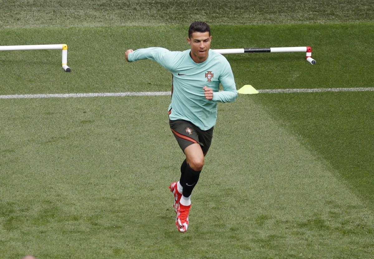 Ronaldo sẽ được thi đấu trong trận đầu tiên đón đầy đủ khán giả ở EURO 2021. (Ảnh: Reuters).
