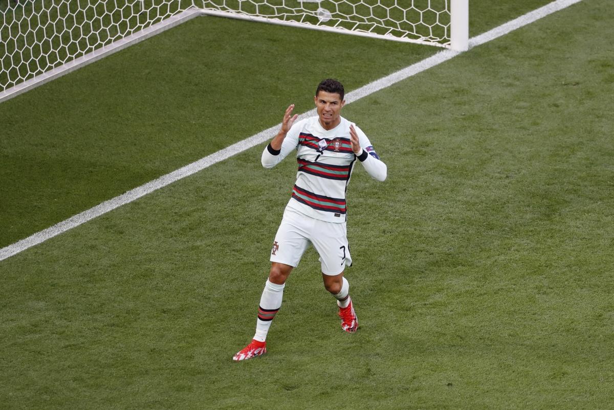 Ronaldo đang bị hậu vệ đội bạn chăm sóc kỹ lưỡng (Ảnh: Reuters).