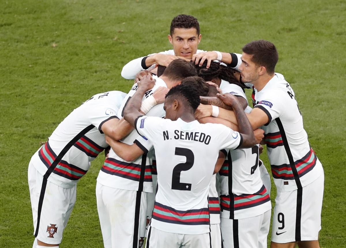 Các cầu thủ Bồ Đào Nha ăn mừng bàn mở tỉ số (Ảnh: Reuters).