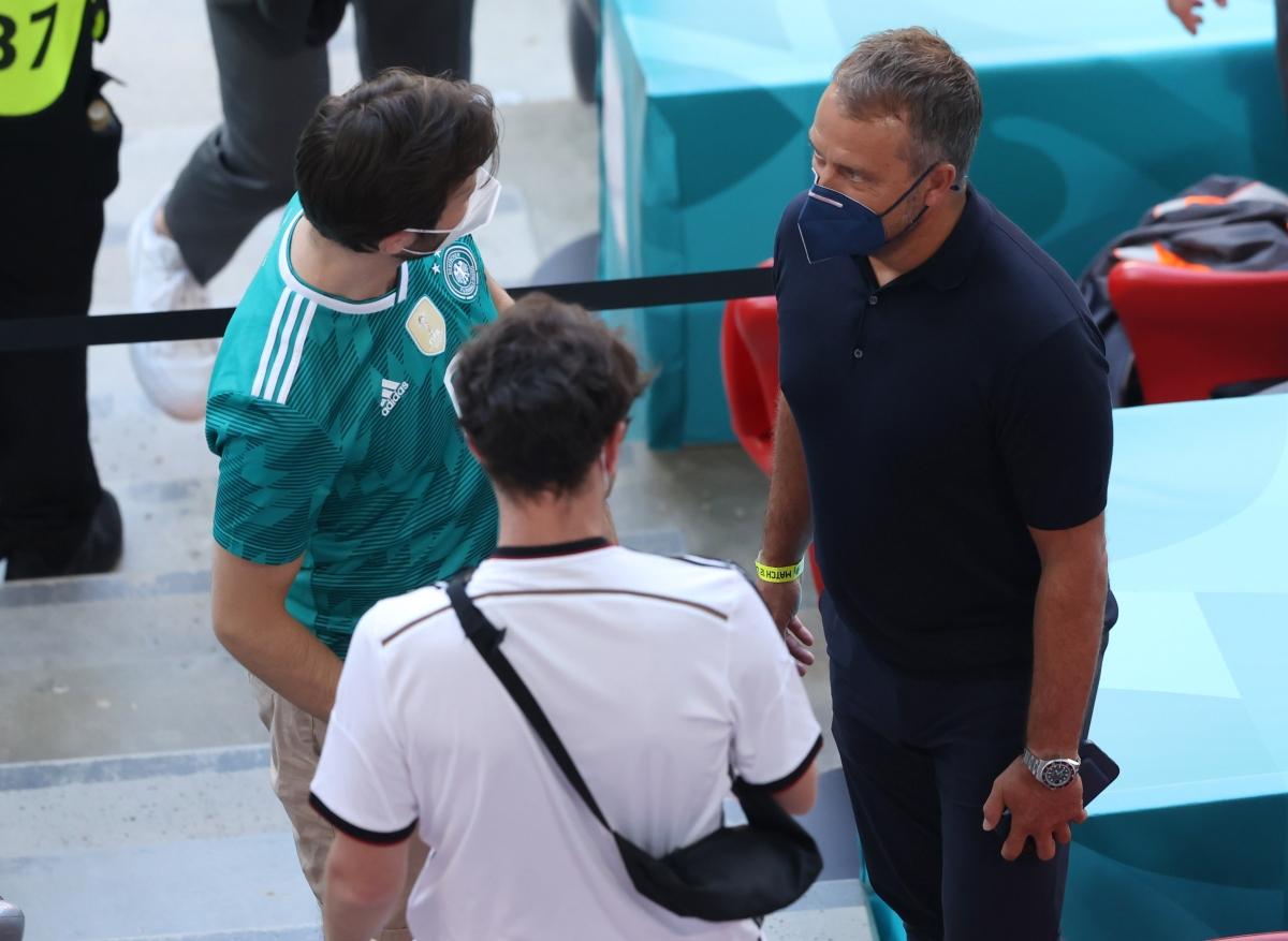 HLV Didier Deschamps tại sân Allianz. (Ảnh: Reuters).