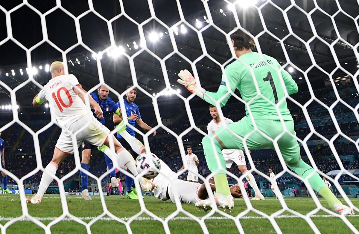 Tình huống dẫn tới bàn thắng bị VAR từ chối của Chiellini. (Ảnh: Reuters).
