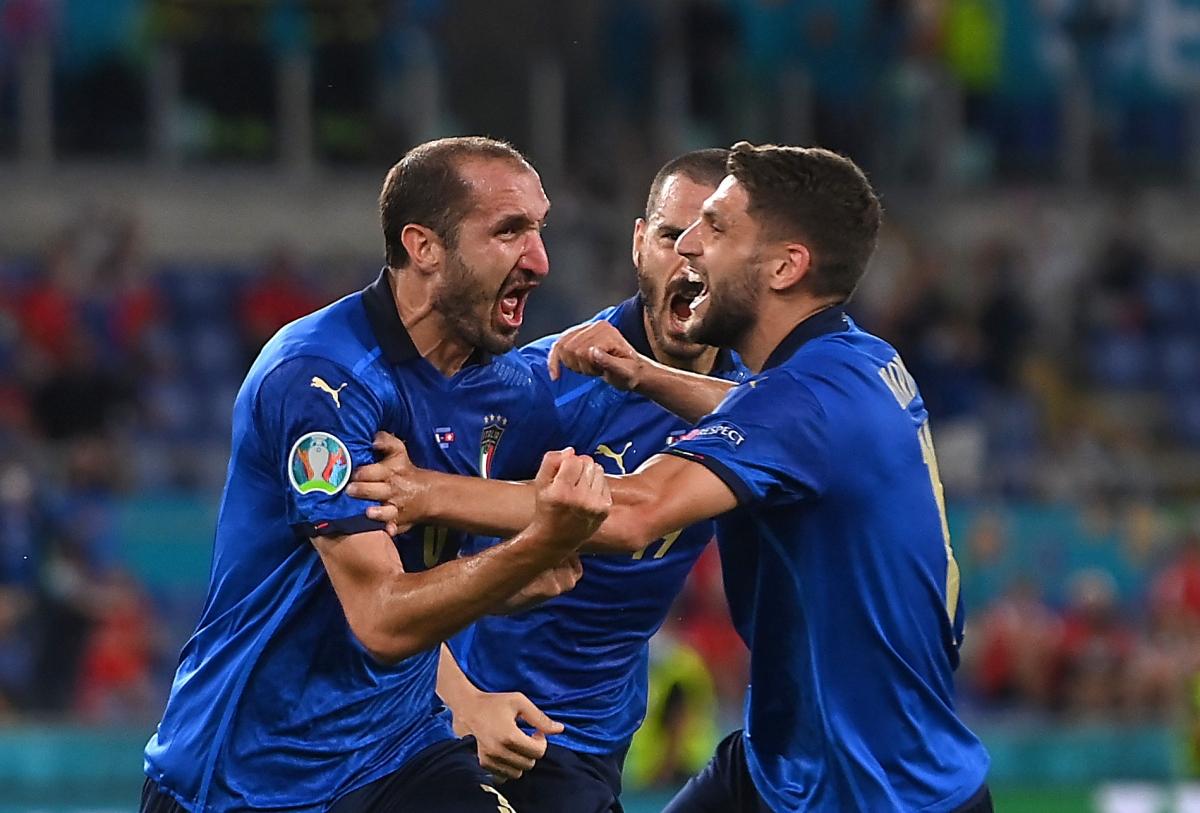 Ít phút sau khi Chiellini bị VAR từ chối bàn thắng, các cầu thủ Italia đã được ăn mừng bàn thắng mở tỷ số do công của Locatelli. (Ảnh: Reuters).