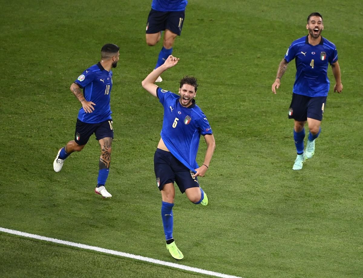 Niềm vui của Locatelli và các cầu thủ Italia sau bàn mở tỷ số. (Ảnh: Reuters).