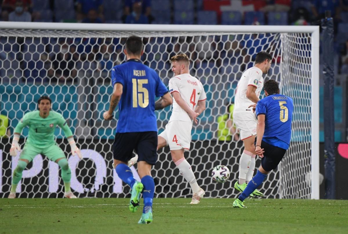 Siêu phẩm của Locatelli nâng tỷ số lên 2-0 cho Italia. (Ảnh: Reuters).