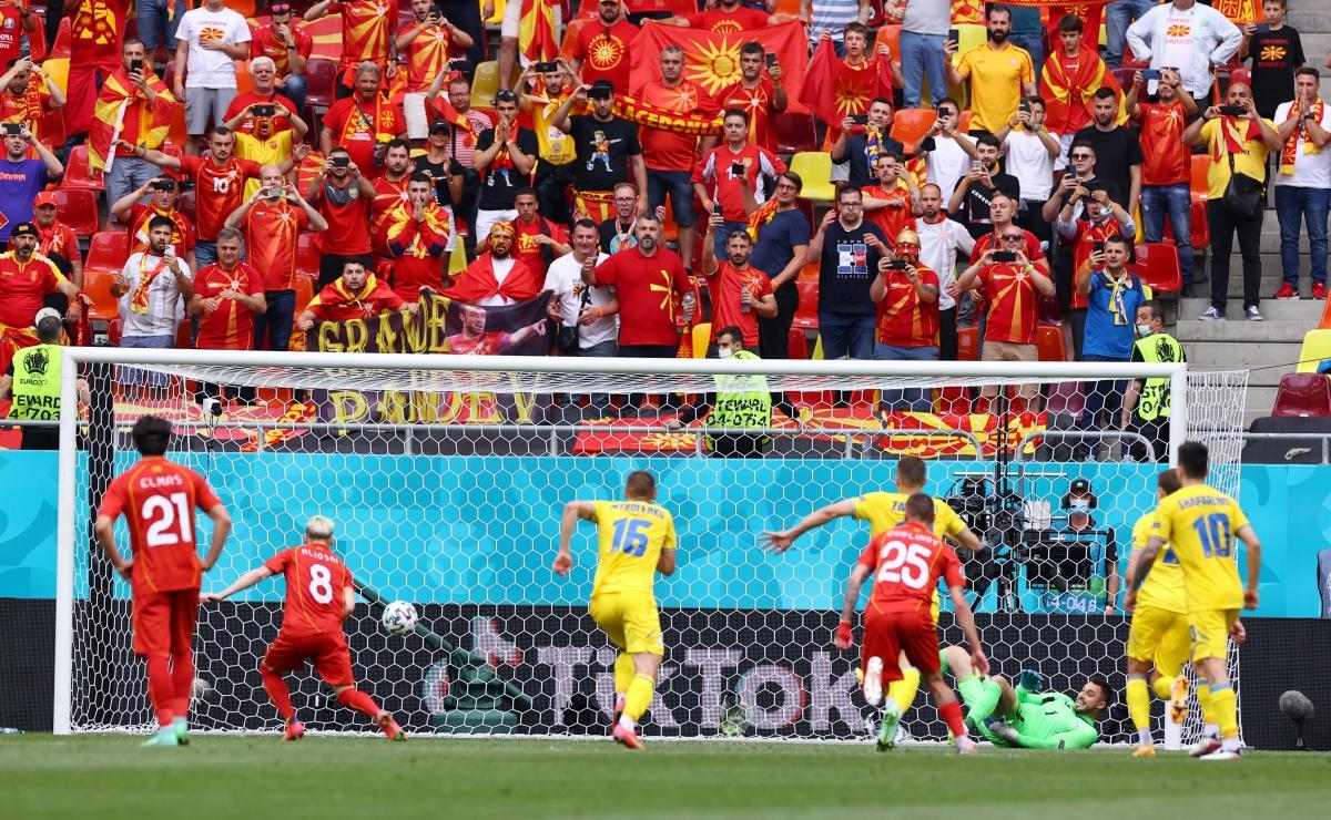Tình huống Bắc Macedonia có bàn rút ngắn tỉ số xuống 1-2 (Ảnh: Reuters).