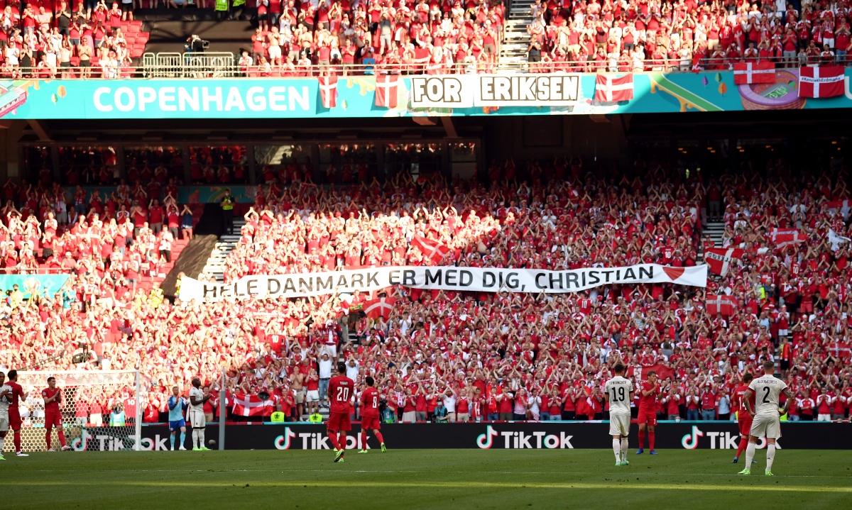 Khoảnh khắc xúc động trên sân Parken. (Ảnh: Reuters)