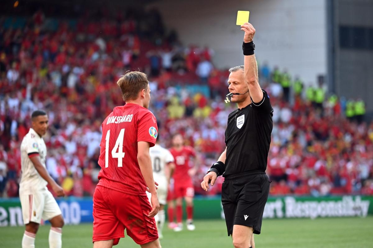 Damsgaard nhận thẻ vàng vì ngã vờ. (Ảnh: Reuters)