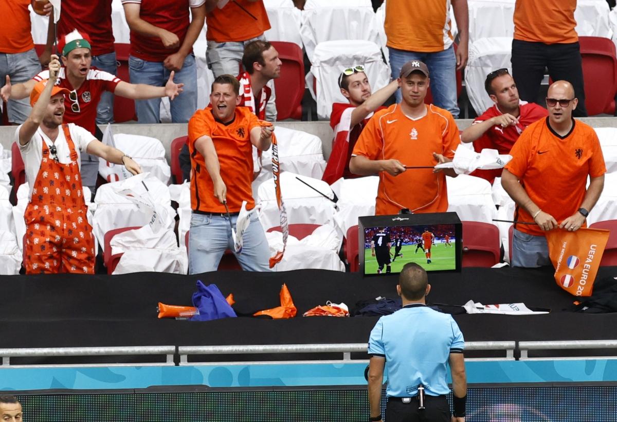 VAR vào cuộc giúp Hà Lan được hưởng phạt đền ở phút thứ 10 trận gặp Áo.