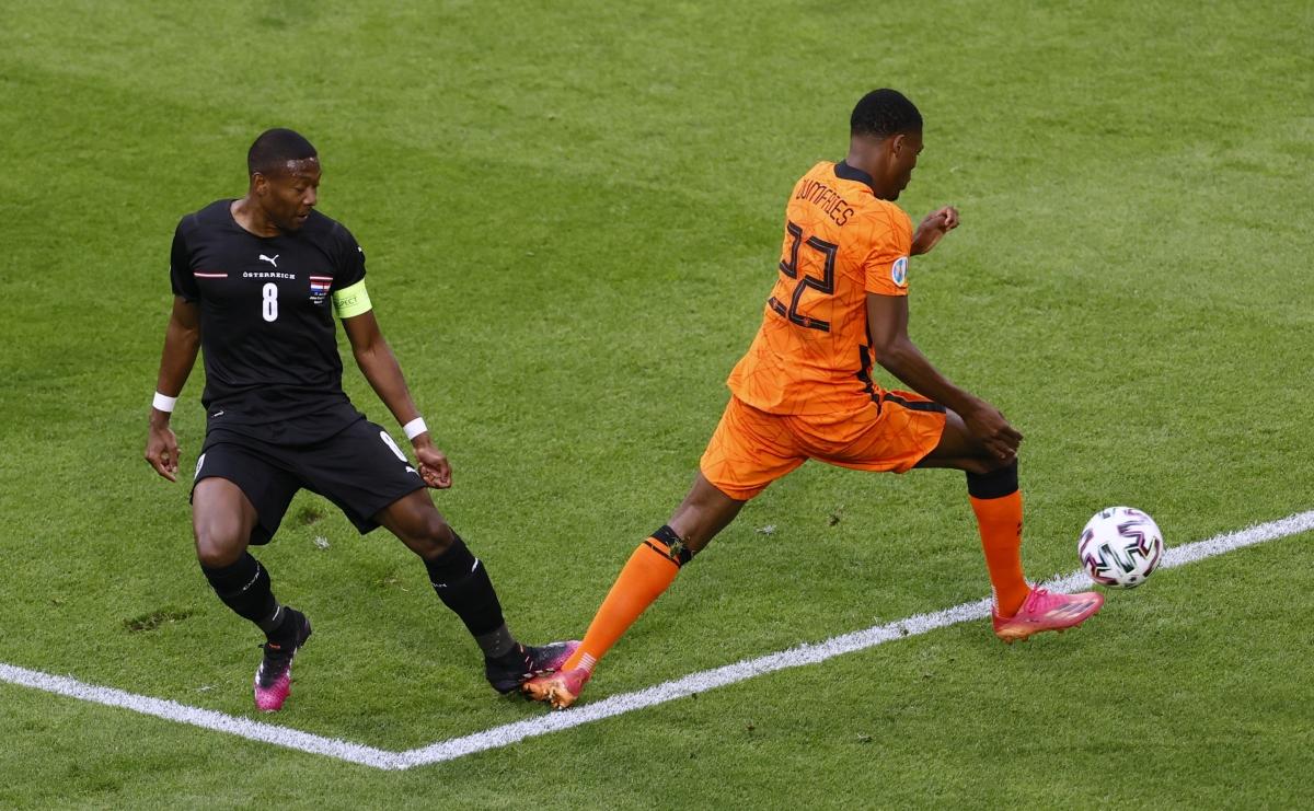 Alaba đạp vào chân Dumfries. (Ảnh: Reuters)