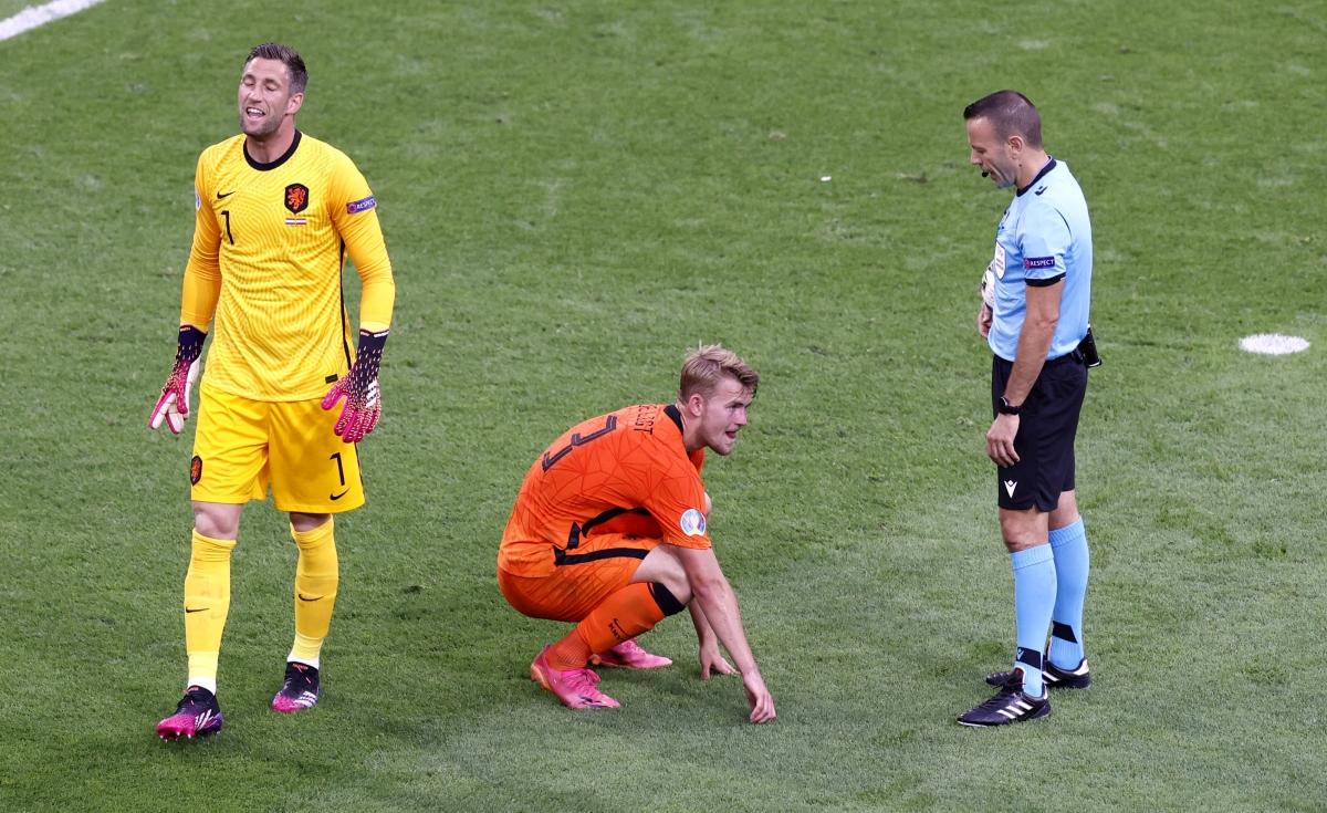 De Ligt bị choáng khi bóng trúng mặt. (Ảnh: Reuters)