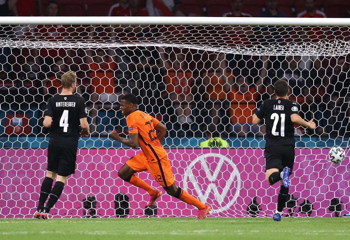 Sau khi góp dấu giày trong cả 3 bàn vào lưới Ukraine, Denzel Dumfries lại góp công ở cả 2 bàn thắng trước Áo.