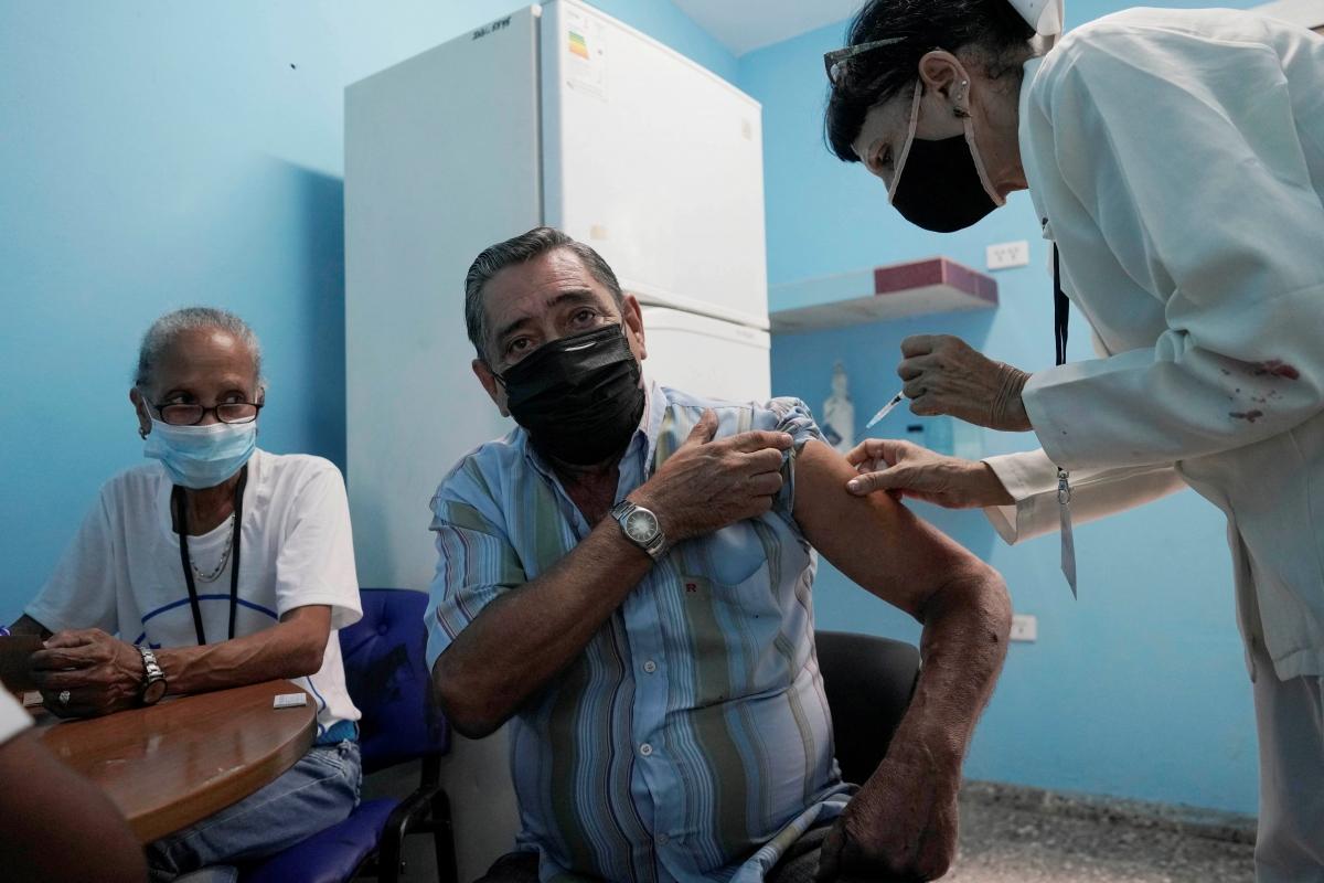 Tiêm vaccine ngừa Covid-19 tại Havana, Cuba. Nguồn: Reuters