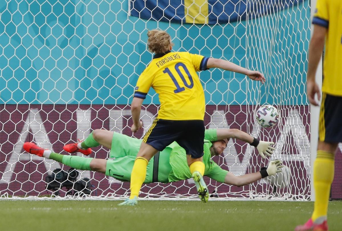 Forsberg lạnh lùng đánh bại thủ môn Dubravka. (Ảnh: Reuters)