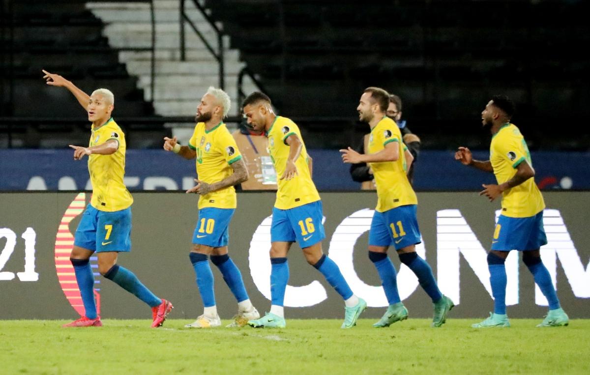 Neymar cùng các đồng đội ở ĐT Brazil ăn mừng chiến thắng dễ dàng 4-0 trước Peru. (Ảnh: Reuters).