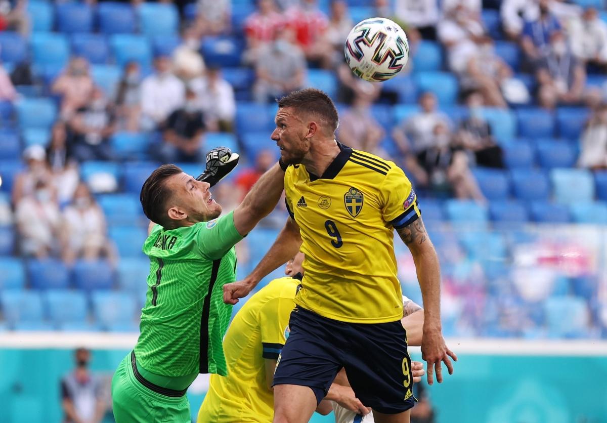 Slovakia suýt nhận bàn thua sau pha bóng lộn xộn. (Ảnh: Reuters)