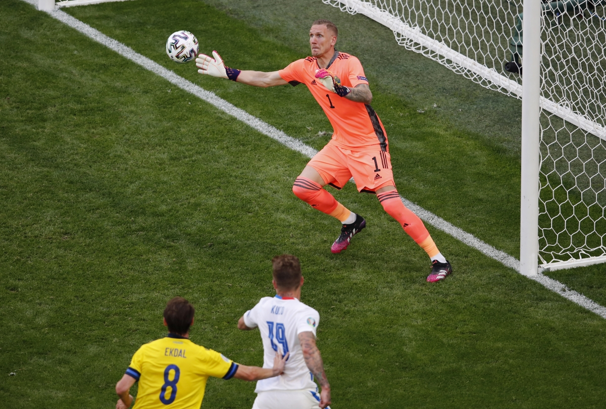 Kucka thử tài thủ môn Olsen. (Ảnh: Reuters)