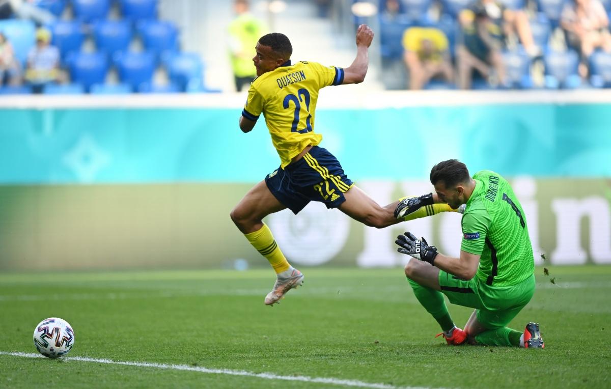 Quaison kiếm về quả phạt đền sau khi vào sân từ ghế dự bị. (Ảnh: Reuters)