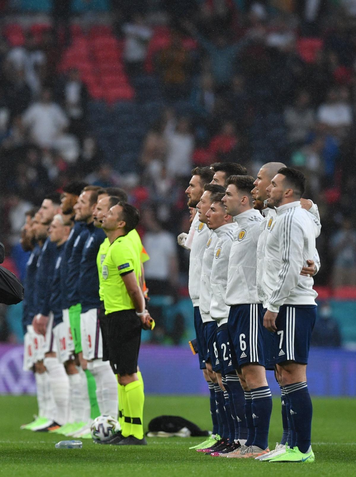 Hai đội thực hiện nghi lễ cử hành quốc ca trước trận. (Ảnh: Reuters).