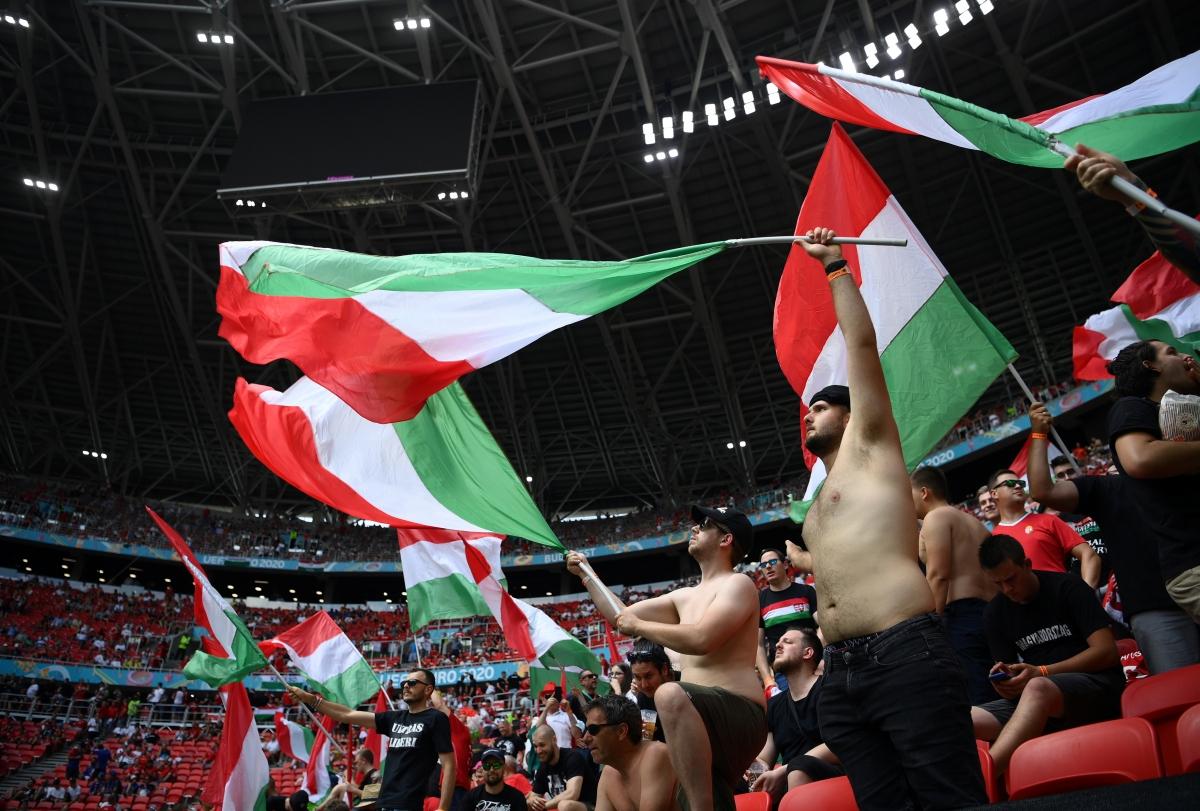 Sân Puskas đang cực kỳ sôi động trước giờ diễn ra màn thư hùng Hungary - Pháp. (Ảnh: Reuters).