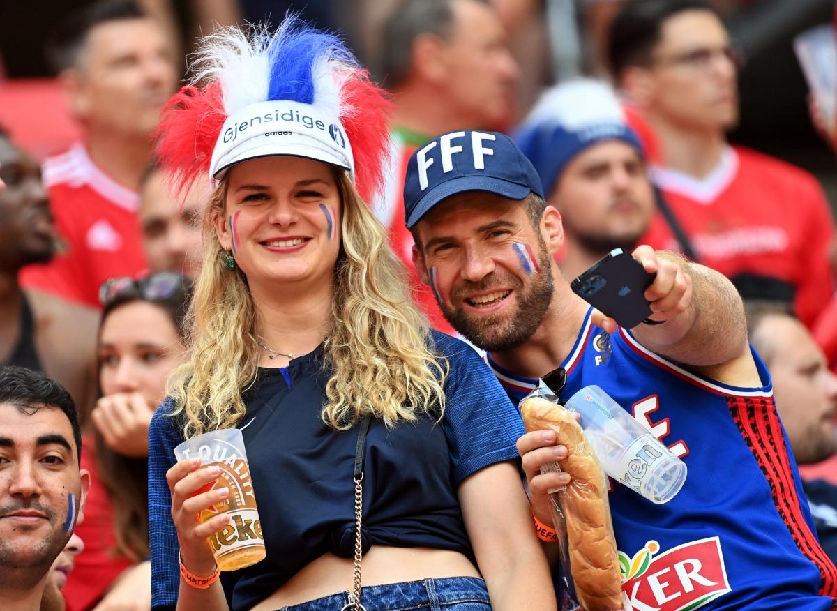 Các CĐV Pháp cũng không hề kém cạnh ở sân Puskas. (Ảnh: Reuters).
