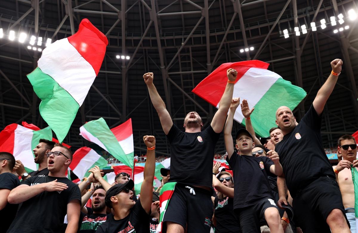 Bầu không khí sôi động bên phía khán đài CĐV đội chủ nhà Hungary. (Ảnh: Reuters).
