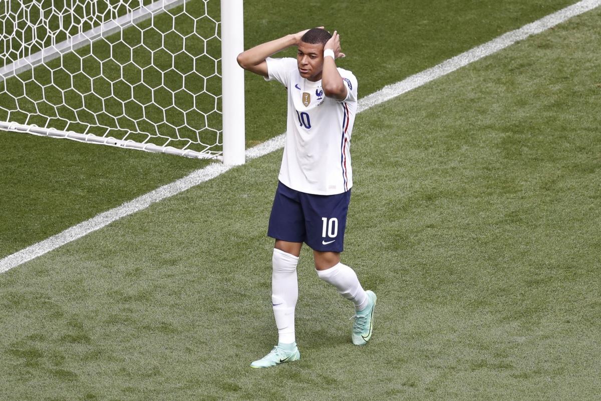Sự tiếc nuối của Mbappe khi không thể ghi bàn đưa Pháp vượt lên. (Ảnh: Reuters).