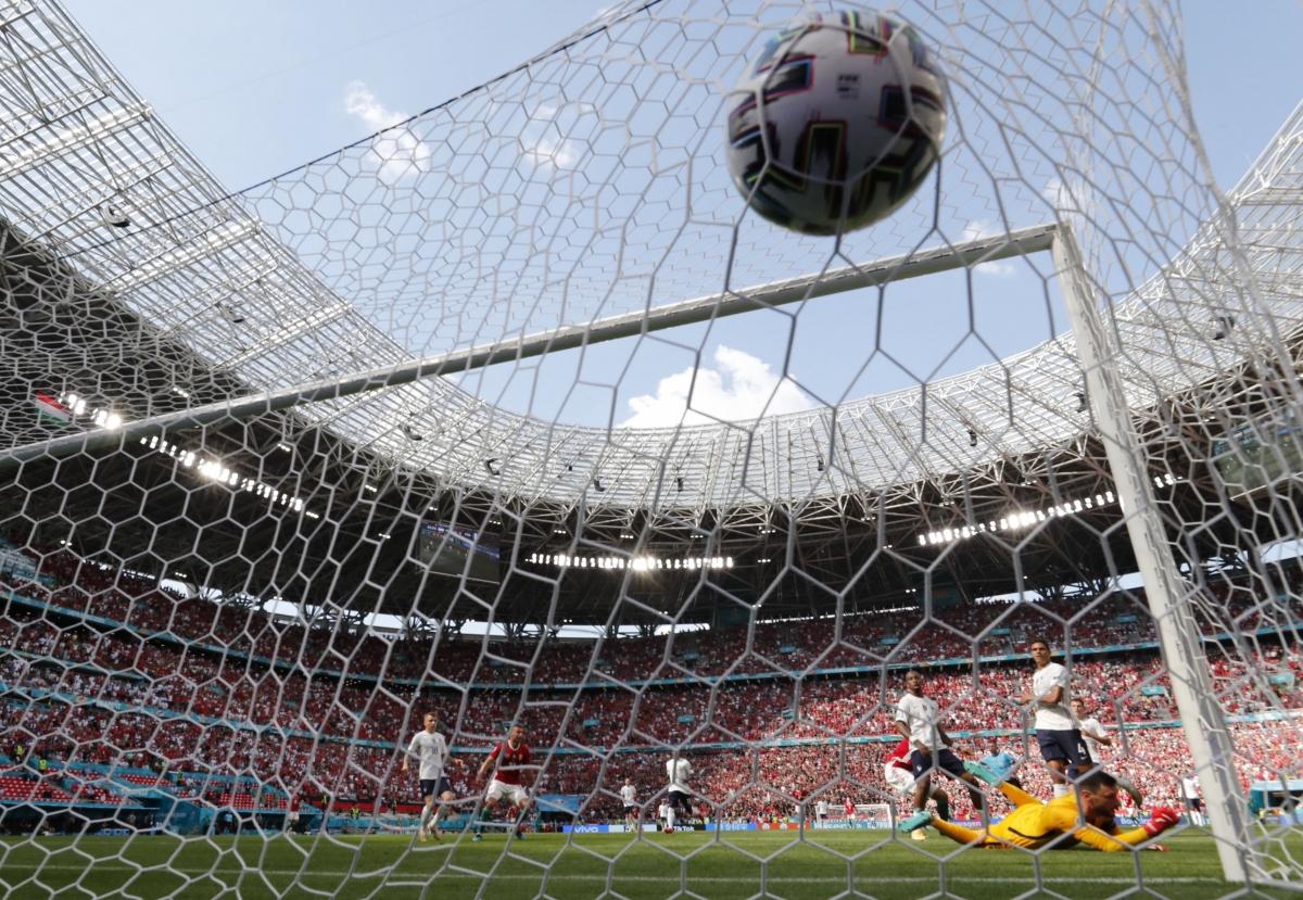 Pháp bất ngờ thủng lưới trước ở những phút bù giờ, dù áp đảo Hungary trong phần lớn thời gian thi đấu của hiệp một. (Ảnh: Reuters).