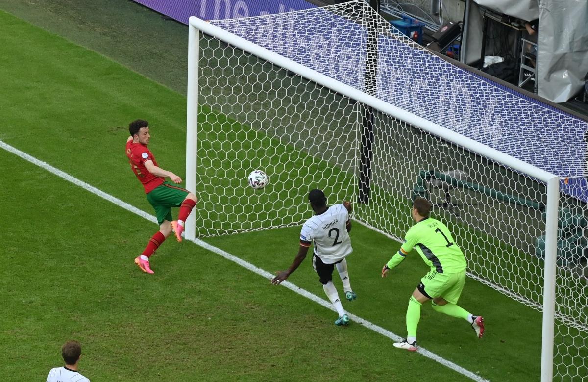 Tình huống Diogo Jota ghi bàn rút ngắn tỉ số xuống 2-4 (Ảnh: Reuters).