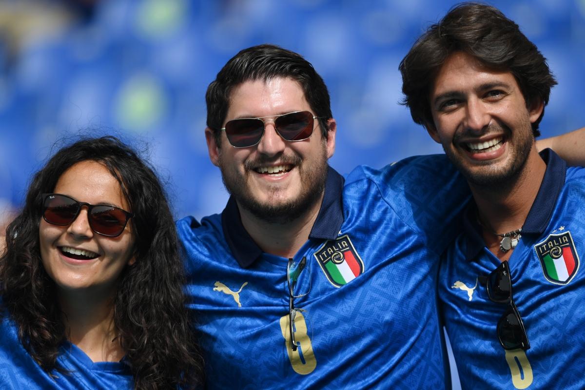 Các CĐV nhiệt thành của Azzurri trên khán đài Olimpico. (Ảnh: Reuters).