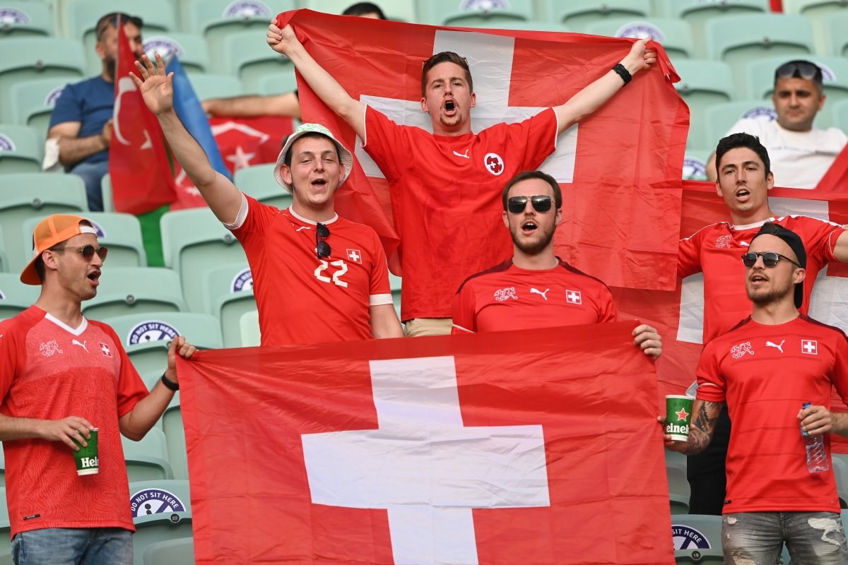 CĐV Thụy Sĩ có được theo chân đội nhà đi tiếp vào vòng knock-out? (Ảnh: Reuters)