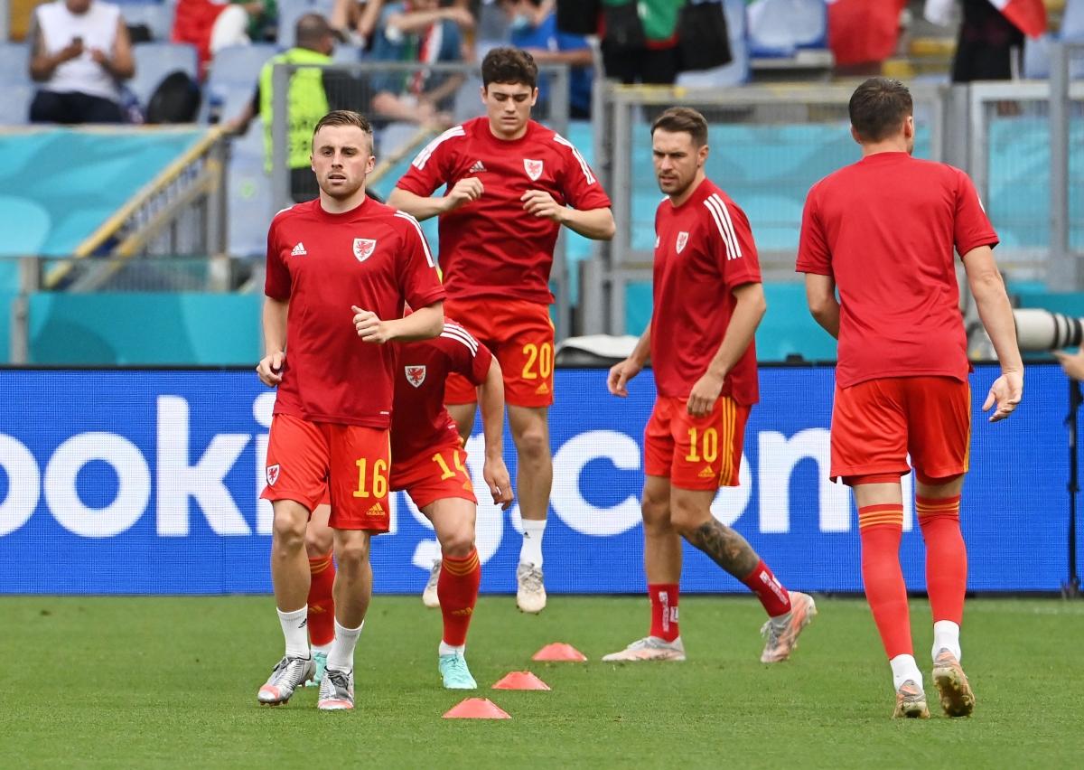 Các cầu thủ Xứ Wales khởi động trước giờ G. (Ảnh: Reuters).
