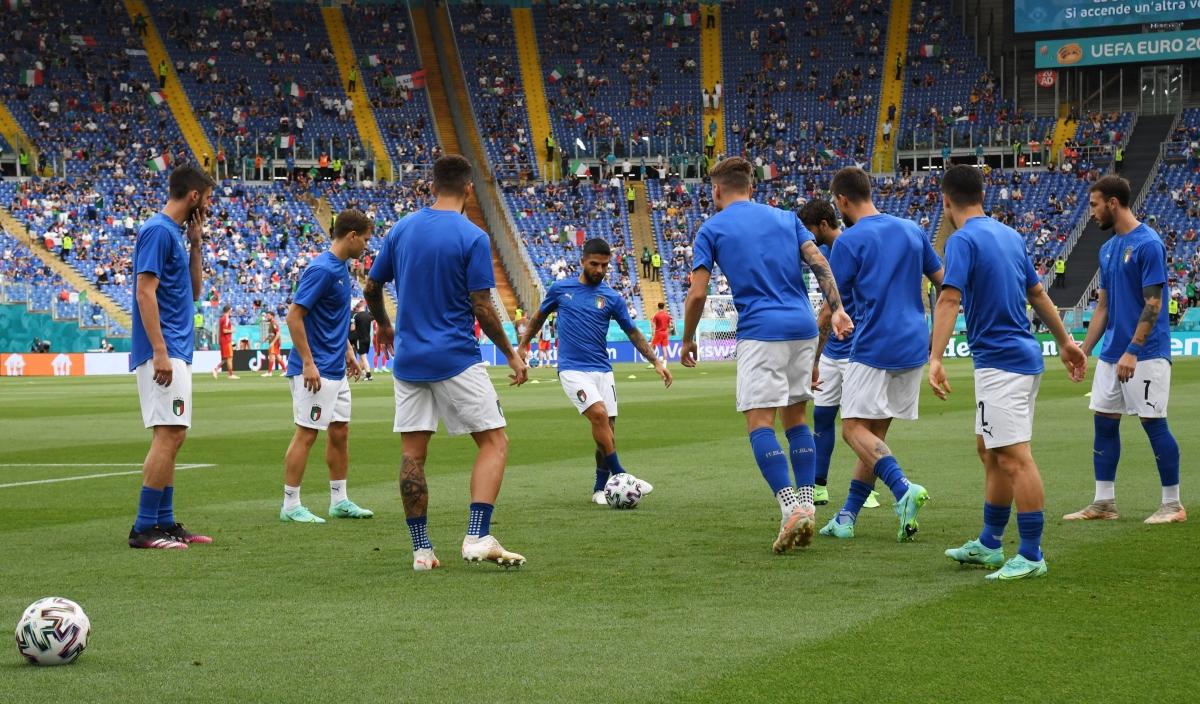 Các cầu thủ Italia thoải mái khởi động trước trận. (Ảnh: Reuters).