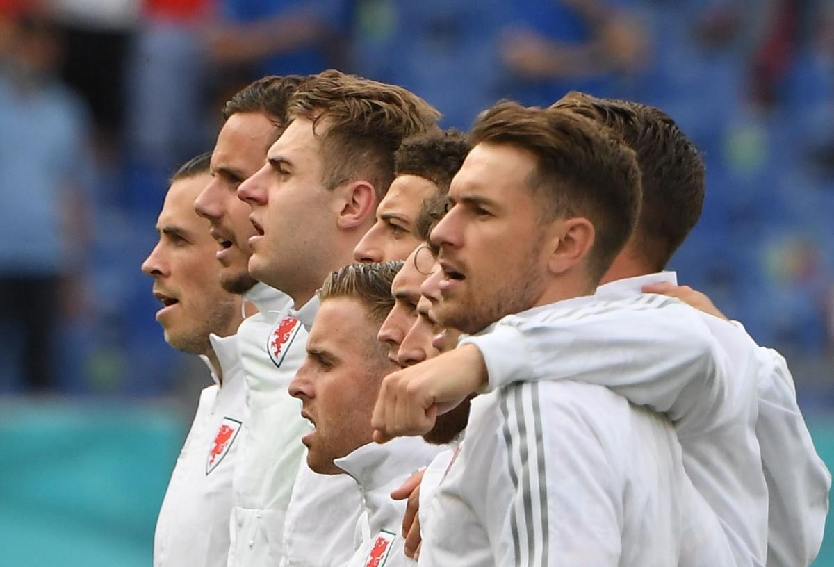 Bale cùng Ramsey và các đồng đội hát quốc ca Xứ Wales. (Ảnh: Reuters).