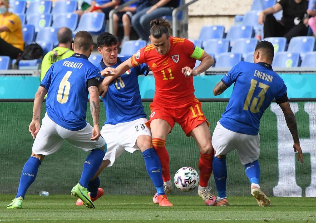 Ngôi sao sáng nhất của Xứ Wales, Gareth Bale mất hút giữa hàng phòng ngự Italia.